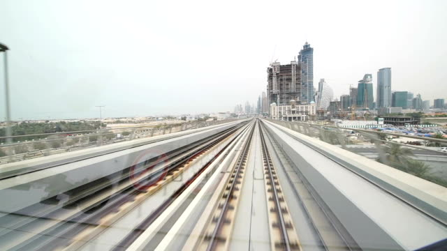 pov dubai metro nähern der district - einschienenbahn stock-videos und b-roll-filmmaterial