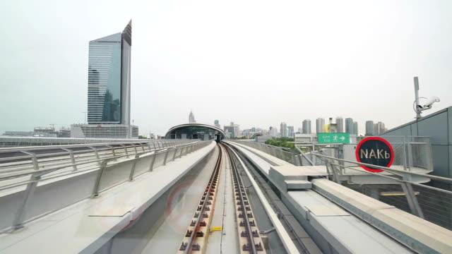 pov dubai metro erreichen sie die station - einschienenbahn stock-videos und b-roll-filmmaterial
