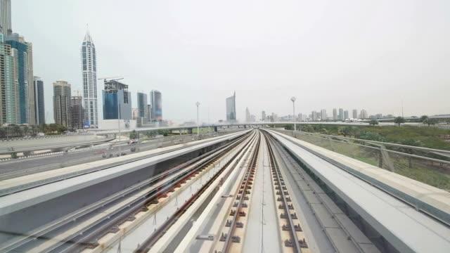 pov dubai metro - einschienenbahn stock-videos und b-roll-filmmaterial