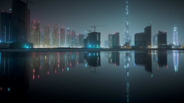 vidéos et rushes de ws t/l tu dubai's skyline with burj khalifa moment of peace and tranquility / dubai, united arab emirates  - interactivité