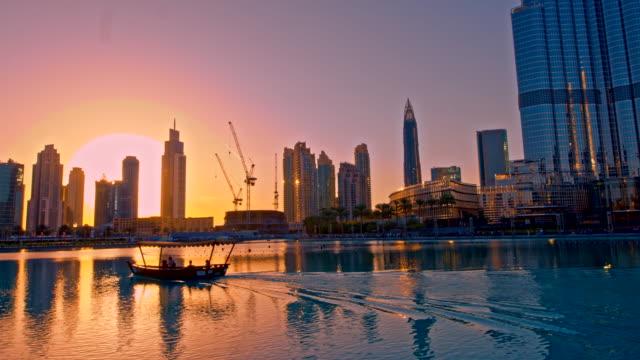 Dubais weltberühmten Gebäude bei Sonnenuntergang