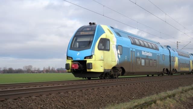 Dubbeldekstrein van de Westfalenbahn bij Lüdersfeld tussen Osnabrück en Hannover