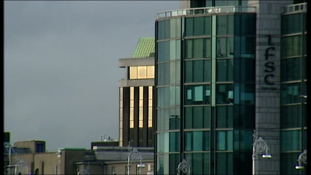 vidéos et rushes de dublin ext general view of river liffey customs house and liberty hall building eu flag flying outside ifsc ifsc building citi bank building with... - bare tree