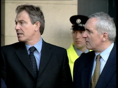 dublin ext prime minister bertie ahern and british prime minister tony blair mp zoom in blair and ahern blair and ahern across pan int bertie ahern... - バーティ アハーン点の映像素材/bロール