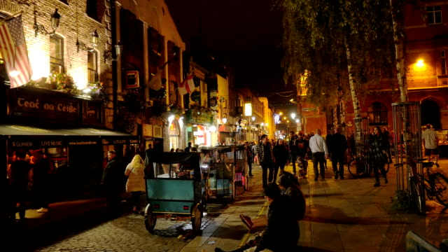 dublin temple bar square at night - pub stock videos & royalty-free footage