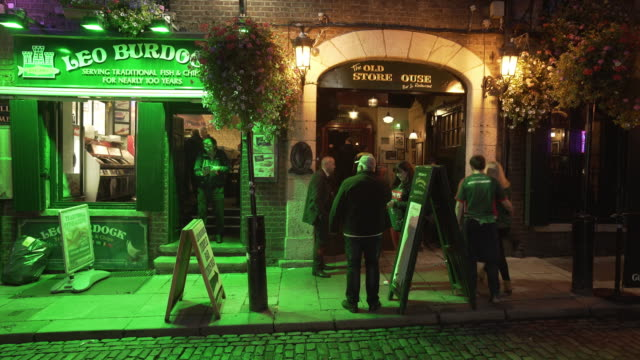 stockvideo's en b-roll-footage met dublin the old storehouse and fish and chips restaurant at night - bar gebouw