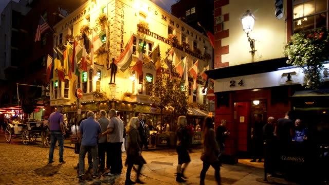 dublin traditional pubs in dublin temple bar area - nachtleben stock-videos und b-roll-filmmaterial