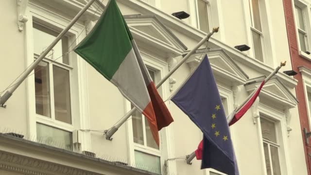 vídeos de stock, filmes e b-roll de dubliners comment on brexit and the irish border as both the british and irish prime ministers will hold cabinet meetings to discuss britain's long... - política e governo