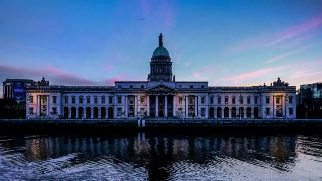 vídeos de stock e filmes b-roll de dublin's custom house at dawn time lapse - história