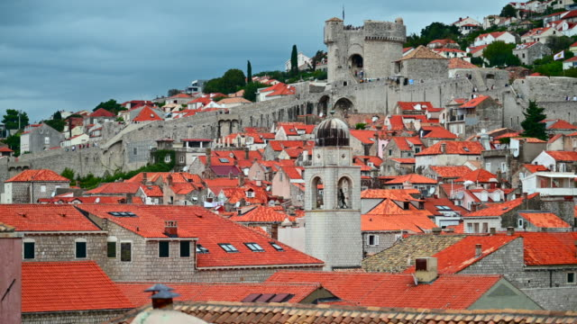 地中海、南クロアチアのドゥブロヴニク旧市街。ドゥブロヴニクはユネスコ世界遺産に登録されました。 - 社会史点の映像素材/bロール