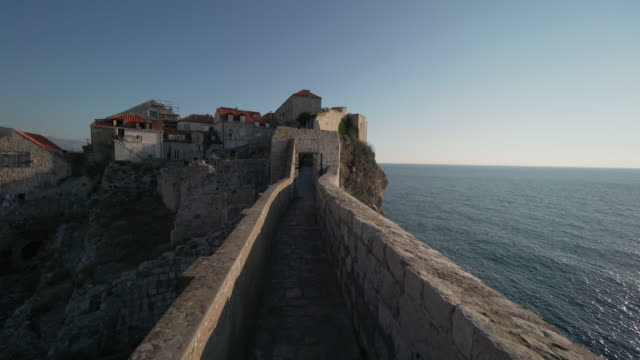 stockvideo's en b-roll-footage met dubrovnik old town walls - omwalling
