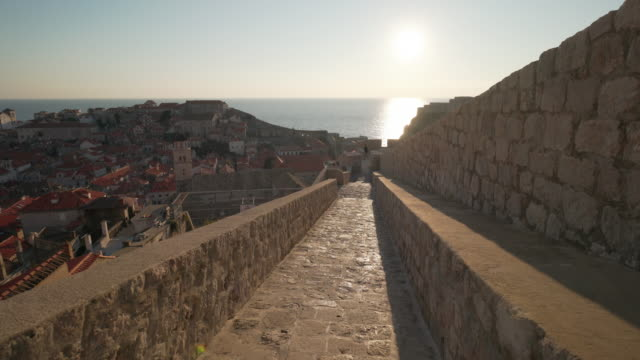 dubrovnik old town walls - mare adriatico video stock e b–roll