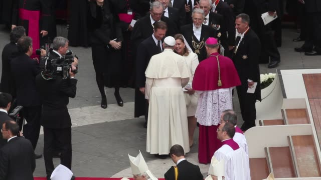 stockvideo's en b-roll-footage met duchess maria teresa of luxembourg grand duke henri of luxembourg pope francis at pope john paul ii and pope john xxiii are declared saints during a... - pope john xxiii