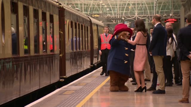 vidéos et rushes de duchess of cambridge dances with paddington bear; england: london: paddington station: ext catherine, duchess of cambridge dancing with paddington... - dancing bear