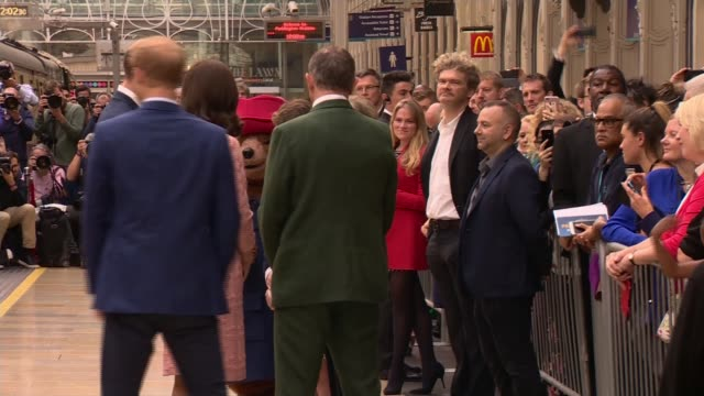 vidéos et rushes de duchess of cambridge dances with paddington bear; england: london: paddinton train station: ext catherine, duchess of cambridge , prince william and... - dancing bear