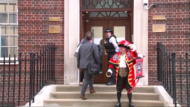 duchess of cambridge gives birth to baby boy town crier announcing the birth england london paddington ext town crier standing on the steps of the... - herzog von cambridge stock-videos und b-roll-filmmaterial