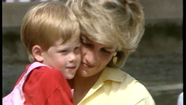 duchess of cambridge gives birth to boy file 1987 majorca ext princess diana holding a young prince harry baby diana with young prince william and... - 1987 bildbanksvideor och videomaterial från bakom kulisserna