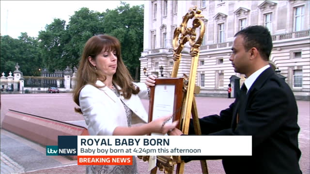 itv news special pab 2030 2156 london buckingham palace ext royal officials along with framed official announcement announcement attached to easel... - easel stock videos and b-roll footage