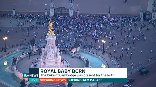 itv news special pab 2030 2156 buckingham palace ext **pollard interview overlaid sot** crowd of people outside palace gates - メアリー ナイチンゲール点の映像素材/bロール