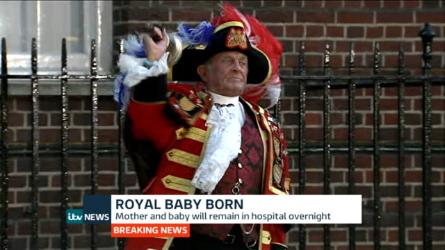 itv news special pab 2030 2156 paddington st mary's hospital photography** town crier sot oh yay oh yay oh yay we've had a prince here today god save... - メアリー ナイチンゲール点の映像素材/bロール