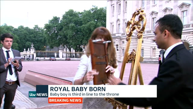 itv news special pab 2030 2156 london buckingham palace royal officials along with framed official announcement announcement attached to easel close... - easel stock videos and b-roll footage
