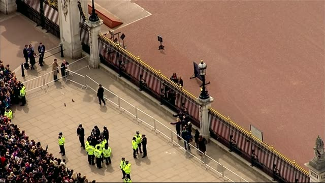 aerials of buckingham palace england london buckingham palace buckingham palace with crowds outside / empty easel in grounds / large union jack flag... - staffelei stock-videos und b-roll-filmmaterial