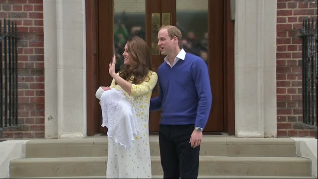 vidéos et rushes de duchess of cambridge gives birth to girl; england: london: paddington: st mary's hospital: ext catherine, duchess of cambridge , holding her new baby... - nouvelle vie