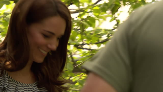 duchess of cambridge helping to create the back to nature garden at the chelsea flower show - festival dei fiori di chelsea video stock e b–roll