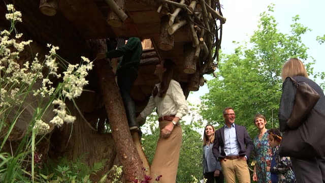 duchess of cambridge in treehouse with children in her back to nature garden at the chelsea flower show - festival dei fiori di chelsea video stock e b–roll