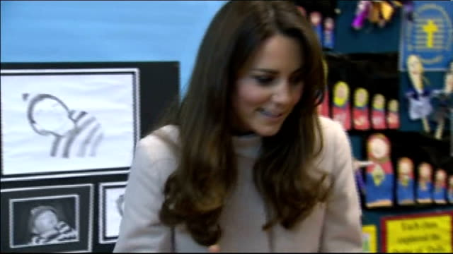 duchess of cambridge spends second night in hospital as succession law changed; lib cambridge: catherine, duchess of cambridge watching children... - papier 個影片檔及 b 捲影像