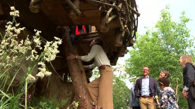 duchess of cambridge visits chelsea flower show; england: london: chelsea: various of duchess of cambridge and children into tree house and talking / - festival dei fiori di chelsea video stock e b–roll