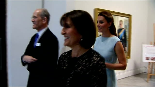 duchess of cambridge visits national portrait gallery audience applauding sot / catherine duchess of cambridge speech sot / general views of kate... - galeere stock-videos und b-roll-filmmaterial