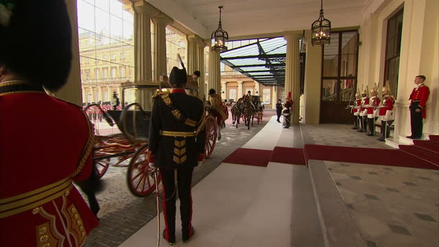 duchess of cambridge's first official engagement since announcing pregnancy shows exterior shots catherine and prince william walking into buckingham... - 公爵点の映像素材/bロール