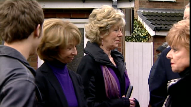 duchess of cornwall visits coronation street england manchester granada television studios ext various of 'coronation street' actors awaiting... - ウィリアム・ローチ点の映像素材/bロール