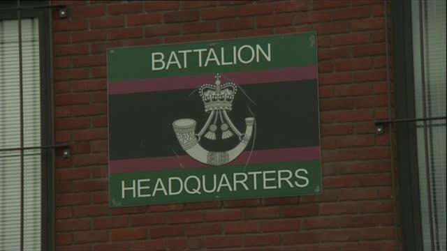 vidéos et rushes de duchess of cornwall visits normandy barracks; england: hampshire: aldershot: normandy barracks: ext memorial for members of 4th battalion, the rifles... - infanterie