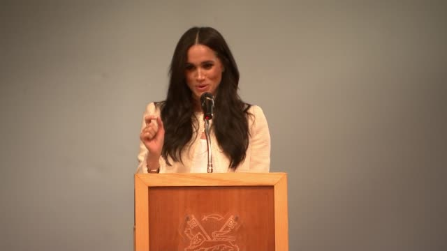 stockvideo's en b-roll-footage met duchess of sussex visits dagenham school to mark international women's day; england: london: dagenham: int gv meghan, duchess of sussex speaking to... - moed