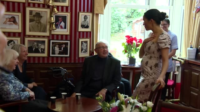 vídeos y material grabado en eventos de stock de duchess of sussex visits royal variety care home in twickenham uk london twickenham brinsworth house meghan duchess of sussex visiting brinsworth... - huésped