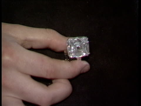 duchess of windsor jewels a geneva beau rivage hotel cms side auctioneer nicholas rayner takes bids sof cms member of sotheby's staff displays... - サザビーズ点の映像素材/bロール