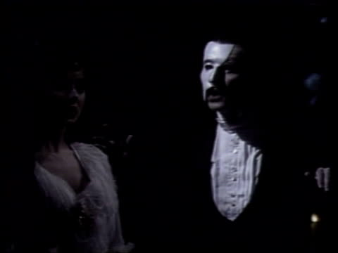 duchess of york attacked excerpt 'phantom of the opera' with sarah brightman chorus singing / michael crawford singing to brightman - das phantom der oper stock-videos und b-roll-filmmaterial