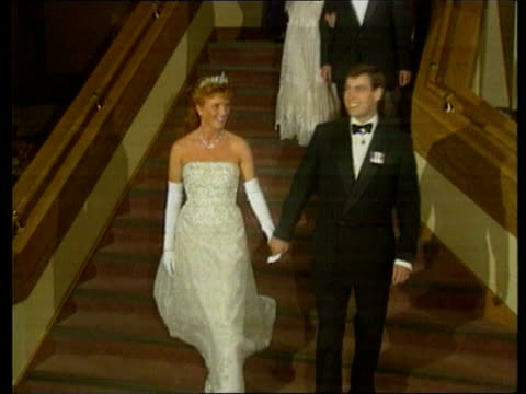 duchess of york's jewellery stolen itn lib prince edward island int lms duke and duchess of york holding hands down stairs both wave at bottom of... - 公爵点の映像素材/bロール