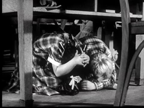 1951 duck and cover - 5 of 15 - radioaktiver niederschlag stock-videos und b-roll-filmmaterial
