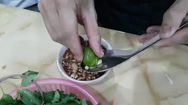vidéos et rushes de sang de canard soupe vietnamienne - bol à soupe