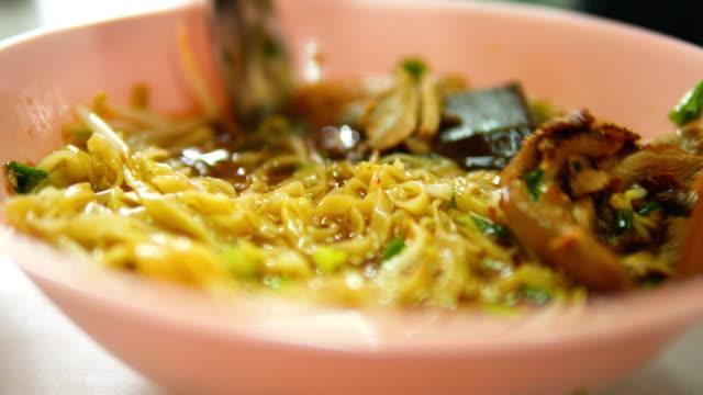 vídeos de stock e filmes b-roll de duck noodle , hot roast duck soup in bowl , thai food. - pauzinhos
