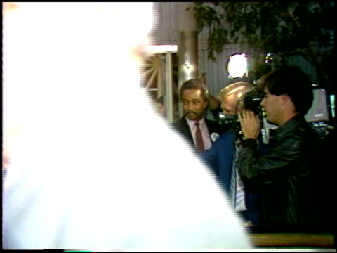stockvideo's en b-roll-footage met dudley moore at the 'that's life' premiere at dga in los angeles california on september 23 1986 - dudley moore