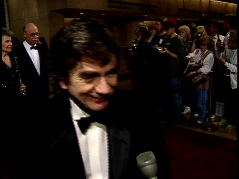 stockvideo's en b-roll-footage met dudley moore talks to reporter about his favorite jack nicholson film on red carpet - dudley moore