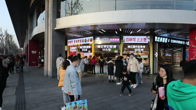 vídeos de stock, filmes e b-roll de due to the severe epidemic, people in zhejiang wearing masks are snapping up necessities and food in the supermarket. almost all the food in the... - símbolo de resíduos biológicos