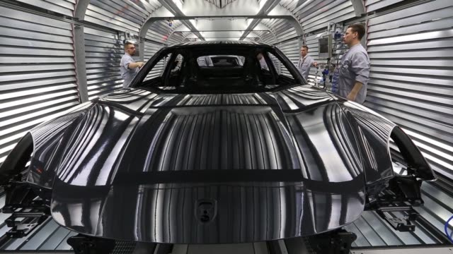 duerr ag robotic arms spray paint onto the body of porsche macan luxury automobile inside the porsche leipzig gmbh factory a unit of porsche ag in... - nordeuropäischer abstammung stock-videos und b-roll-filmmaterial