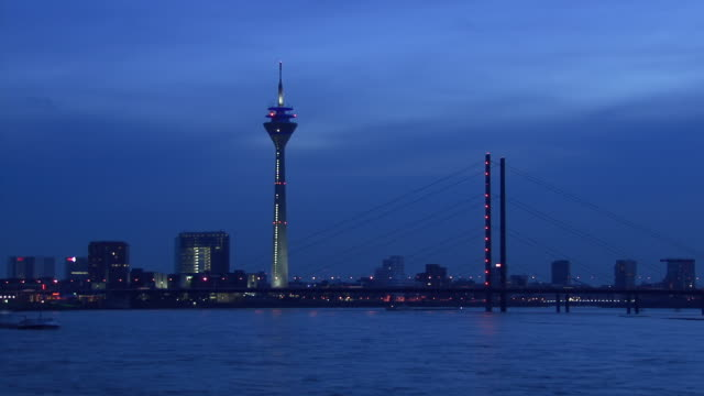 t/l, ws, duesseldorf skyline across river rhine at dusk, germany - デュッセルドルフ点の映像素材/bロール