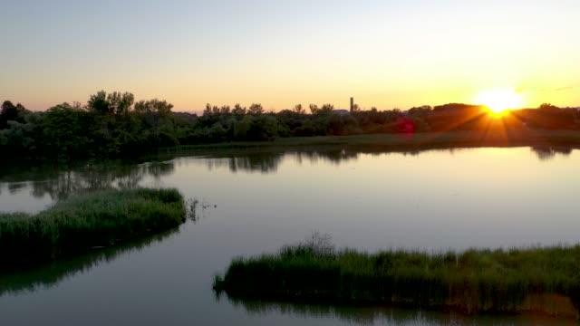 vídeos y material grabado en eventos de stock de duffins south trail y duffins creek en rotary park al atardecer, ajax, canadá - protección de fauna salvaje