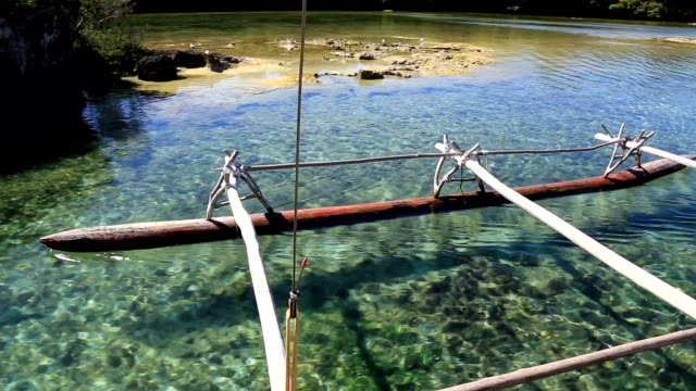 stockvideo's en b-roll-footage met dugout canoe ride on isle of pines, new caledonia - polinesische cultuur